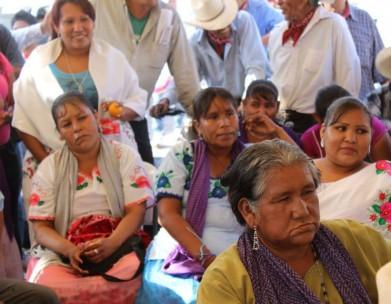 yaquis-mujeres2-en-asamblea-391x304