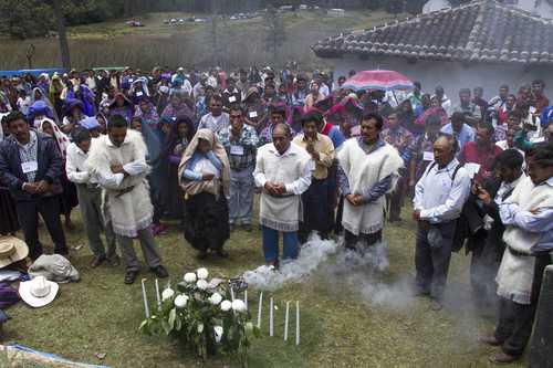 In Laguna de Sayul, two thousand Tzotziles held a Maya ceremony and an assembly to decide the actions to oppose the super-highway project whicg would run across their fields for planting. Photo: Moysés Zúñiga Santiago
