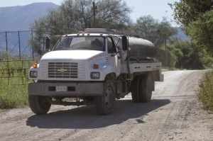 Mexican National Water Commission delivers water to residents of Sonora River Valley after toxic spill from copper mine. Photo: Jesús Ballesteros