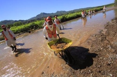 Employees from Grupo México and temporary workers from the state of Sonora at work cleaning up the Sonora y Bacanuchi Rivers in the Municipality of Arizpe Photo: Cuartoscuro