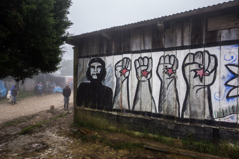 Mural in the municipality che guevara liberated zapatista for Mural zapatista