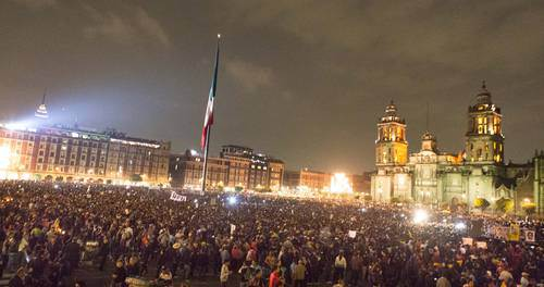 A huge crowd received parents of 43 missing students in Mexico City's Zócalo on Nov. 20. Photo from La Jornada.