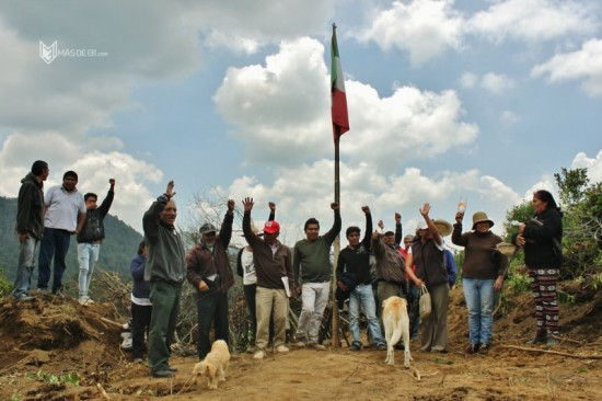 Members of the indigenous Otomi community in Xochicuautla protest the construction of a freeway through their land. Photo by Daniel Vargas Más de 131.