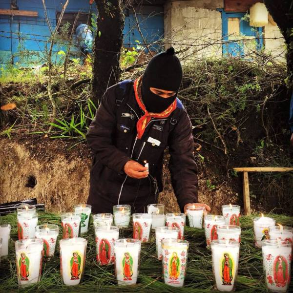 Indigenous Zapatistas give offerings and prayers asking for justice for the Ayotzinapa 43. Photo: Angeles Mariscal/Chiapas Paralelo