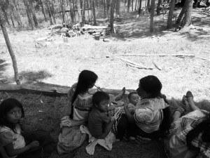 Tojolab´al women and children in displacement campsite @RadioZapatista