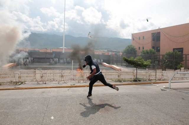 chilpancingo-protest-molotovs